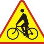 Znak ostrzega przed miejscem w ktrym rowerzyci wyjedaj z drogi dla rowerw